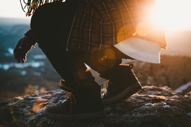 homem se abaixando para pegar pedras