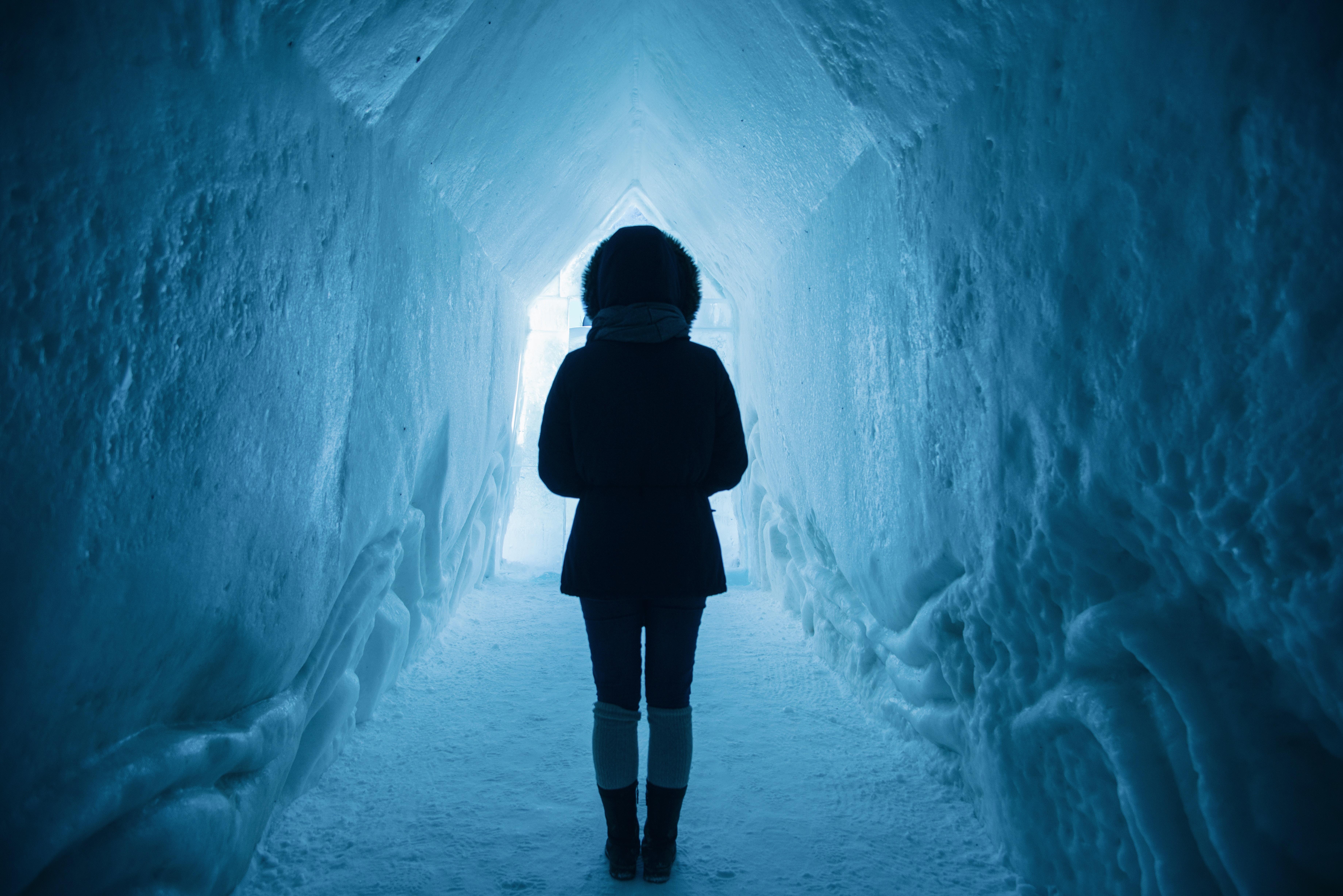 mulher no gelo precisando de força