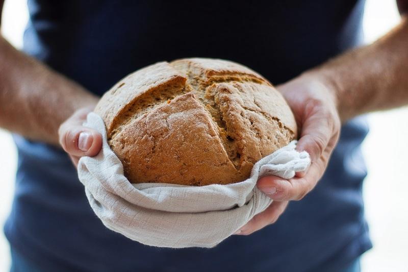 pão é oferecido com mãos cheia de generosidade