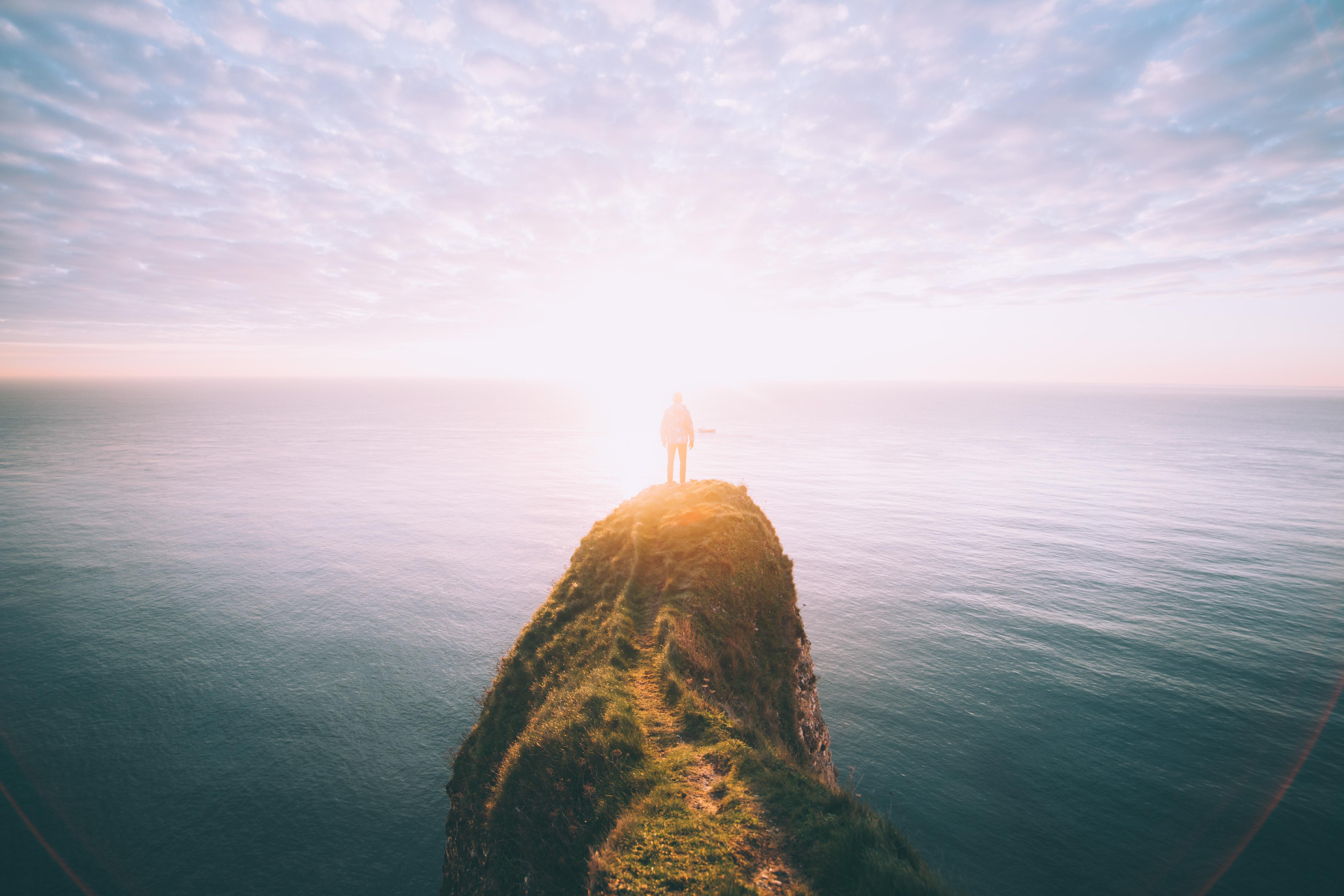 homem procurando profetas no alto de uma montanha